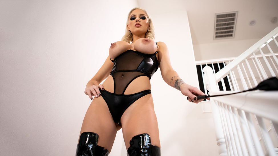 Blonde Domme-Ination